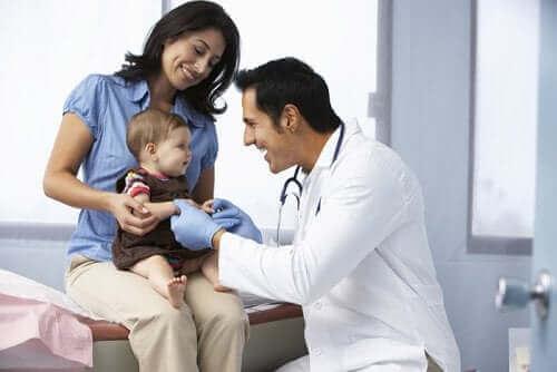 Læge tjekker baby for nefrotisk syndrom hos børn