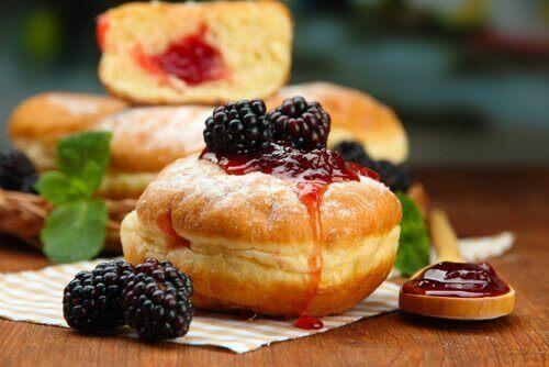 Donut med bær på toppen