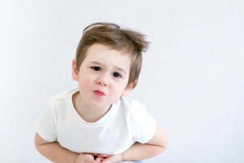 Lille dreng i hvid t-shirt