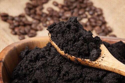 Kaffegrums er en fantastisk naturlig gødning af planter