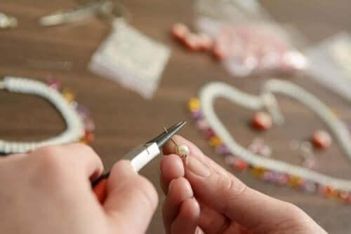 Hvis du har et ødelagt armbånd, kan du lave en nøglering med perlerne