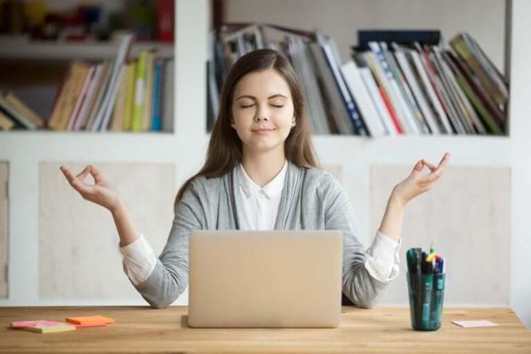 Kvinde mediterer for at kontrollere stress, da hun har hypertension