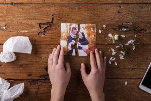 Person med billede af par revet itu efter en skilsmisse