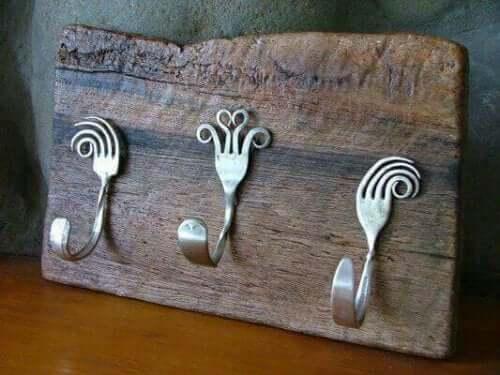 Gamle gafler er fremragende til fremstilling af en rustik knagerække