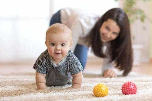 Tips til at opmuntre en baby til at kravle