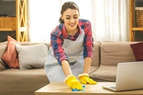Kvinde tørrer et bord af