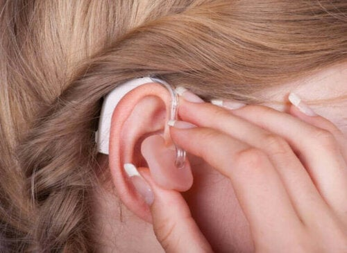 Kvinde med høreapparat