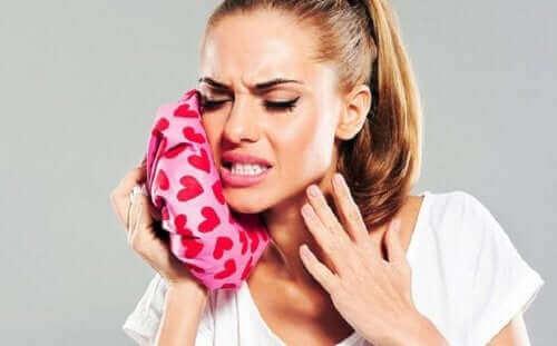 Kvinde anvender is til lindring af tandpine