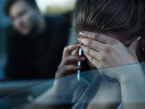 Kvinde med telefon i bil