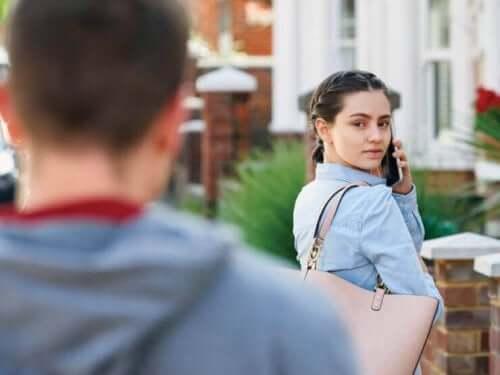 Et symptom på posttraumatisk stress i forbindelse med voldsramt kvinde syndrom er overdreven årvågenhed, især når de er på gaden, fordi de tror, at deres misbruger følger efter dem