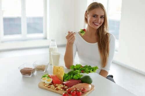 Kvinde spiser sund kost som en del af forebyggelse af hårtab