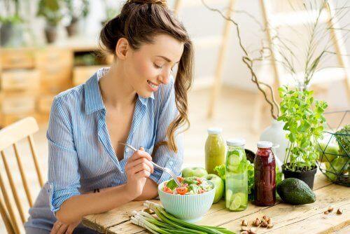 Kvinde spiser blandet salat