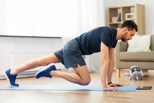 Sådan kan du holde dig i form uden at forlade hjemmet