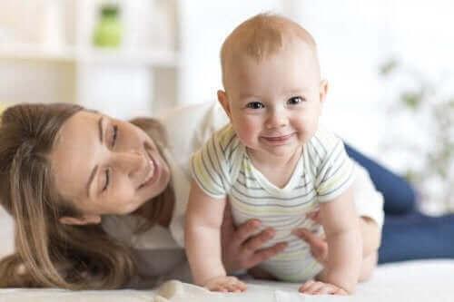 Mor og baby på gulv