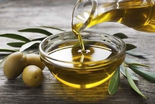 Olivenolie i en skål