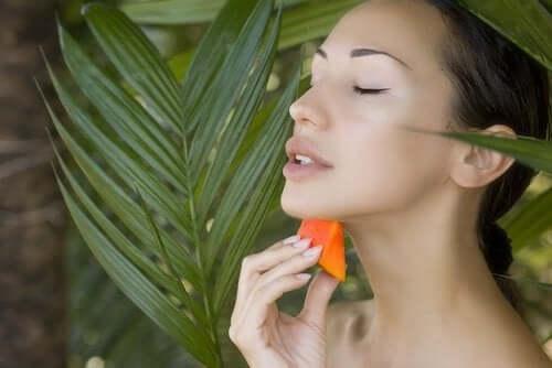 Kvinde med papaya i junglen