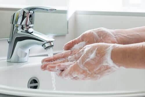 Håndvask er blandt de forebyggende foranstaltninger mod COVID-19