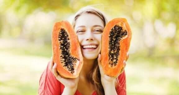 Pige smiler med papaya