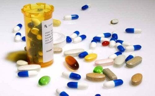 Medicin og piller spredt ud på en overflade