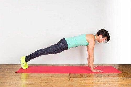 Du kan lave planken for at holde dig i form derhjemme