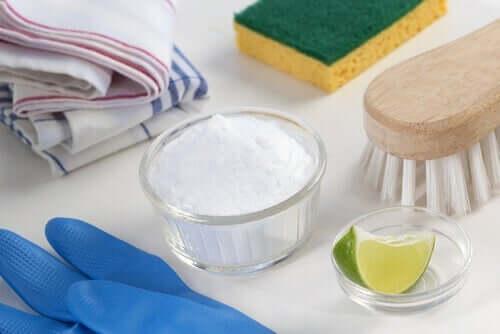 Rengøring med natron og lime til at desinficere køleskabet
