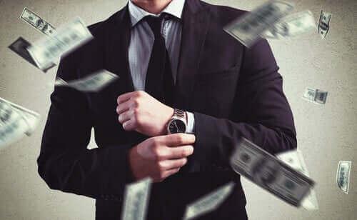 Mand i arbejdstøj med penge flyvende omkring sig