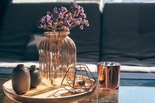 Vase og lysestager på bord