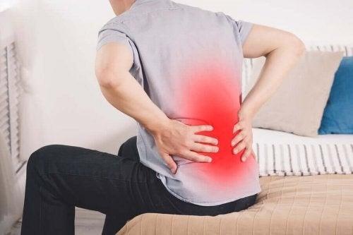 Mand oplever kraftige rygsmerter