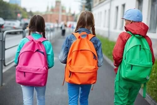 Skolebørn med farverige skoletasker