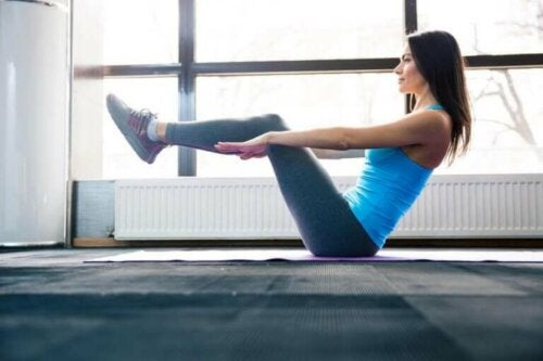 Kvinder anvender yogaøvelser til mavemusklerne