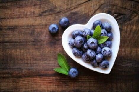 Blåbær i hjerteformet skål