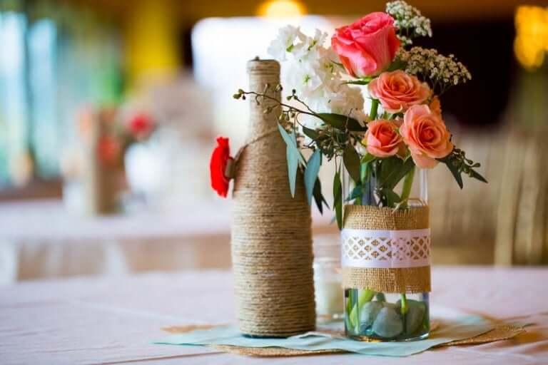 Flasker med reb og blomster