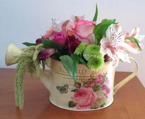 Vandkande med blomster i er smuk hjemmelavet bordpyny