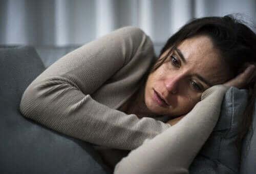 Kvinde på sofa har depression