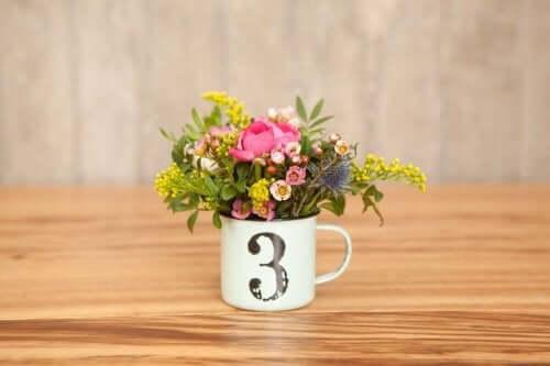 En kaffekop kan sagtens være hjemmelavet bordpynt