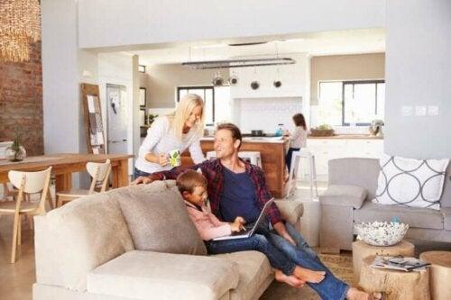 Familie nyder tid sammen i hjemmet