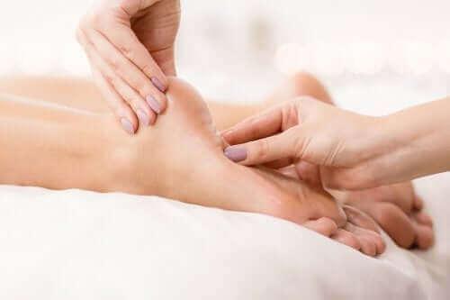 Brændende fornemmelse i fødderne: Tips og hjemmemidler