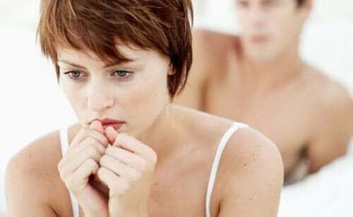 Seksuel dysfunktion hos kvinder illustreres af par i seng