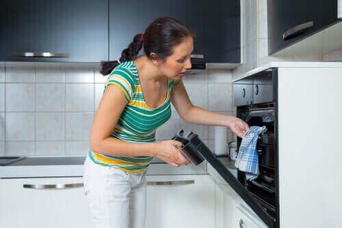 Kvinde i gang med at tilberede en svinekam