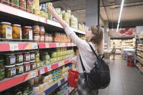 Kvinde handler i supermarked