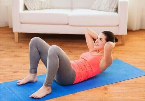 Kvinde træner mave for også at styrke rygsøjlen