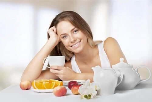 Kvinde med sunde fødevarer illustrerer succesrige slankekure