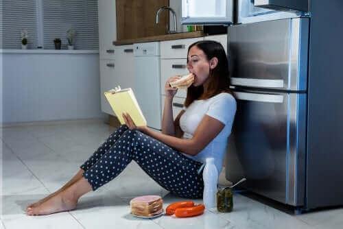 Kvinde ved køleskab oplever nattespisning