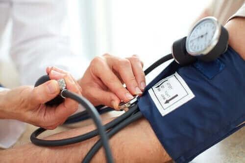 Person får målt blodtryk før behandling med kortikosteroider