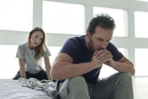 Seksuel dysfunktion hos diabetikere illustreres af frustreret par i seng