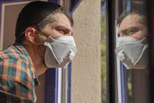 Mand med mundbind følger anbefalinger under lockdown
