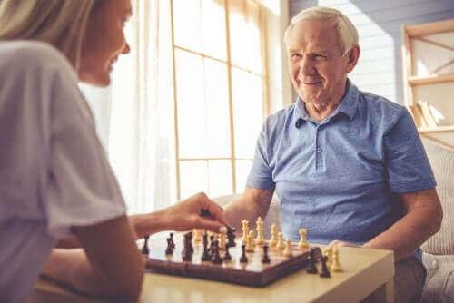 Personer spiller skak som del af behandlingen af posterior kortikal atrofi