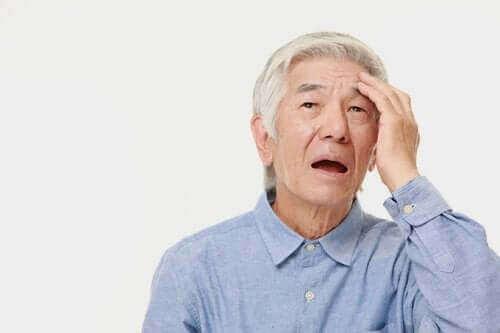 Mand med posterior kortikal atrofi tager sig til hovedet