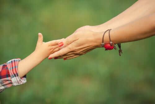 Uanset vores opdragelsesstile, har alle børn har brug for kærlighed, som det ses her med mor, der rækker hænderne ud mod datter