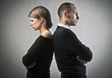 Par med ryg mod hinanden føler, at de ikke kan redde et ægteskab